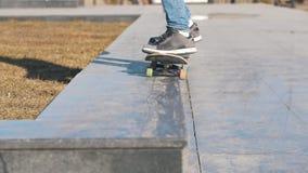 Benen die van skateboarder op skateboard van helling berijden stock video