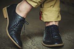 Benen in elegante schoenen Stock Afbeelding