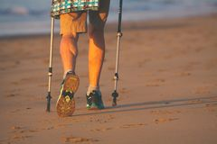 Benen en polen van noordse leurder oude vrouw op het strand stock foto's