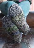 Benen in gebreide sokken als symbool van het leven van het land royalty-vrije stock fotografie