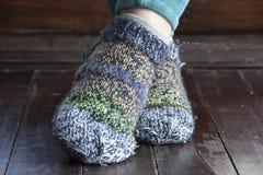 Benen in gebreide sokken als symbool van het leven van het land royalty-vrije stock foto