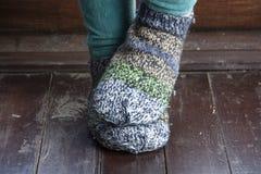 Benen in gebreide sokken als symbool van het leven van het land stock foto's