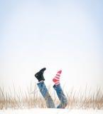 Benen met ontbrekende laars in lucht in de winterdag. Royalty-vrije Stock Foto