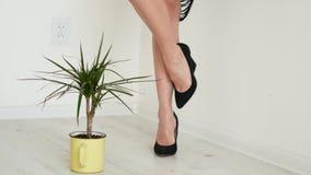 Benen met zwarte hoge hielen Geïsoleerdj op witte achtergrond Vrouwelijke benen stock video