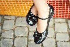 Benen in modieuze schoenen Stock Foto's