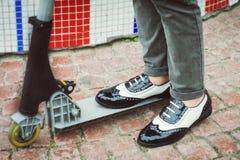 Benen in modieuze schoenen Stock Afbeeldingen