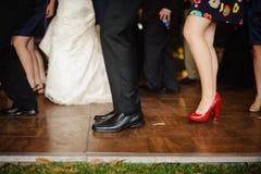 Benen onderaan beeld van mensen die bij huwelijksontvangst dansen. Stock Fotografie