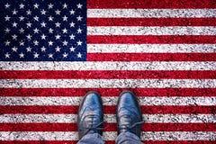 Benen op asfaltweg met de vlag van de V.S., Amerikaans verkiezingsconcept Royalty-vrije Stock Foto