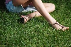Benen op het gras royalty-vrije stock afbeeldingen