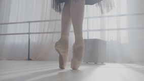 Benen van ballerina in balletschoenen stock video
