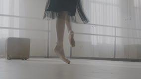 Benen van ballerina in balletschoenen stock videobeelden