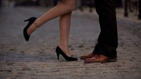 Benen van blij meisje die haar vriend, partners van het dateren van Romaanse website kussen, stock fotografie