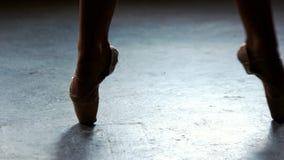 Benen van dansende ballerina dicht omhoog stock footage