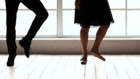 Benen van dansers die in balletstudio uitwerken stock video