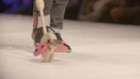 Benen van de jonge geitjes op podium stock footage