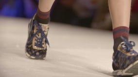 Benen van de jonge geitjes op podium stock videobeelden