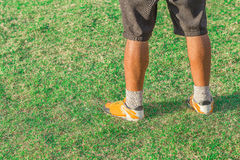 Benen van de lopende mens op gras Stock Foto