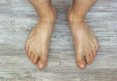 Benen van een agent op een houten vloerachtergrond de mens pedicured benen royalty-vrije stock afbeeldingen