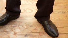 Benen van een jonge mens in de dansende schoenen stock videobeelden