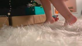 Benen van een klein meisje stock footage