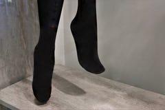Benen van een ledenpop in zwarte nylonkousen stock fotografie