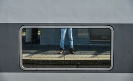 Benen van een mens in Jean en tennisschoenen stock foto's