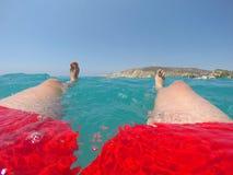 Benen van een zwemmer in het rode swimwear drijven in het overzees Royalty-vrije Stock Afbeelding