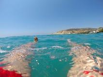 Benen van een zwemmer in het rode swimwear drijven in het overzees Royalty-vrije Stock Afbeeldingen