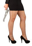 Benen van gevaarlijke vrouw met pistool en zwarte schoenen Stock Foto
