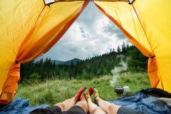 Benen van paren van de mens en vrouw in een tent in openlucht Royalty-vrije Stock Afbeelding
