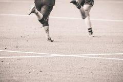 Benen van 2 rugbyspelers die elkaar achtervolgen Stock Fotografie