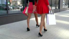 Benen van shopaholics met het winkelen zakken die onderaan wandelgalerij lopen Mooie vrouwelijke benen shoping benen Close-up van stock footage