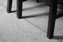 Benen van stoelen op de vloer Stock Foto's