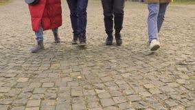 Benen van vier mensen het lopen stock video