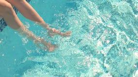Benen van vrouw in water stock video