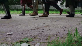 Benenridders die in pantser op de weg marcheren tegen stock videobeelden