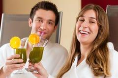 Benessere - coppia con la Clorofilla-scossa in stazione termale fotografie stock libere da diritti