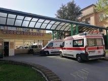 Benevento - ambulanser i den nöd- avdelningen av det borgerliga sjukhuset royaltyfria foton