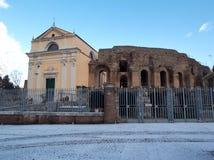 Benevento - sikt av Roman Theatre med snö Royaltyfri Fotografi