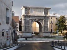 Benevento - Trajan båge med snö Arkivfoto