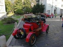 Benevento - vintage Ford en el Arco di Traiano fotos de archivo libres de regalías
