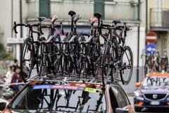 Benevento, zeventiende kan 2015 - de auto van girod'italia 2015 met fietsenreserve Stock Foto