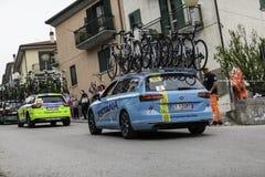 Benevento, zeventiende kan 2015 - de auto van girod'italia 2015 met fietsenreserve Royalty-vrije Stock Foto's