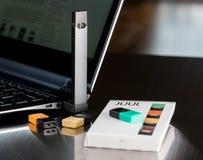 Beng de distributeur de nicotine de JUUL chargé des cosses photographie stock libre de droits