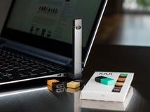 Beng de distributeur de nicotine de JUUL chargé des cosses photo stock