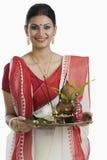 Bengaalse vrouw die een pujathali houden royalty-vrije stock foto's