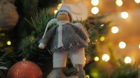 Bengala ardiente en el fondo de las luces y de las guirnaldas del árbol de navidad del narazeni en el lado almacen de metraje de vídeo