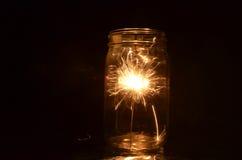 Bengala de los fuegos artificiales de la noche que quema dentro de la 1ra versión del tarro de cristal Fotografía de archivo