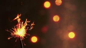 Bengala del fuego artificial que quema en el fondo de la luz del bokeh, Feliz Año Nuevo del partido del saludo de la enhorabuena, metrajes