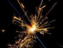 Bengala del fuego artificial que quema en el fondo negro, Feliz Año Nuevo del partido del saludo de la enhorabuena, celebración d Foto de archivo